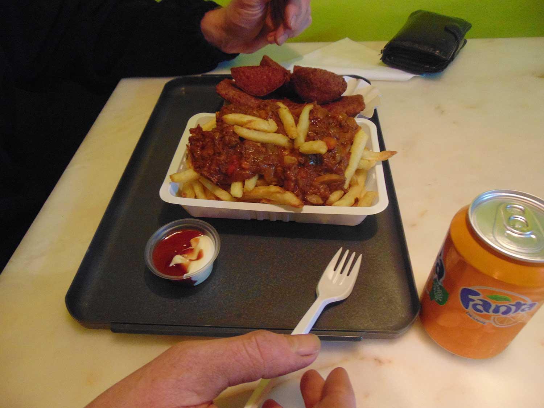 Een lekkere friet van de frietshop met bijhorende snacks saus en drank.